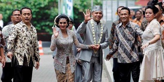 Krisdayanti Raul Lemos Marriage Waving Hands
