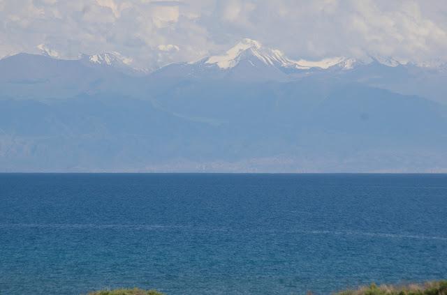 Le Lac Issyk-Kul et la chaîne du Terskej, 3 juillet 2006. Photo : J.-M. Gayman