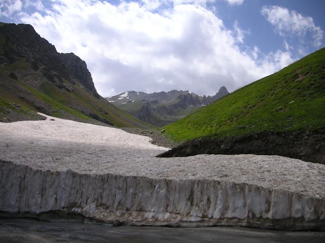 Névé au nord de Anzob Pass (Monts Hissar), 3200 m, biotope de Parnassius staudingeri, 3 août 2007 14h15. Photo : F. Michel