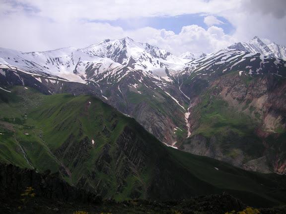 Au-dessus de Ganishou (Tadjikabad), vue sur les Monts Pierre-le-Grand, Tadjikistan, 8 juillet 2007. Photo : F. Michel