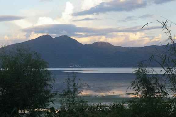 Le Lac Lashi, à 2400 m, vu depuis la rive occidentale (Yunnan), 13 août 2010. Photo : J.-M. Gayman