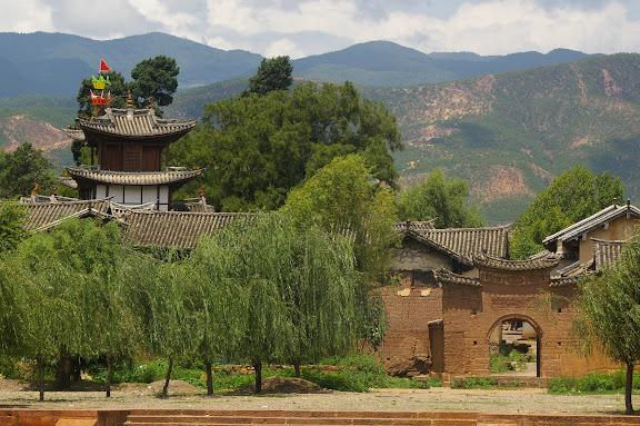 Saules devant la porte Est du village de Shaxi (Yunnan), 11 août 2010. Photo : J.-M. Gayman