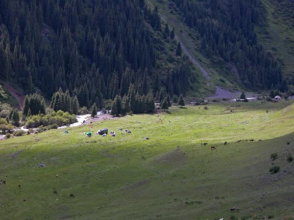 Camp à Kyzyl-Ak-Suu (2400 m), Kungey Alatau (Kirghizstan), 5 juillet 2006. Photo : B. Lalanne-Cassou