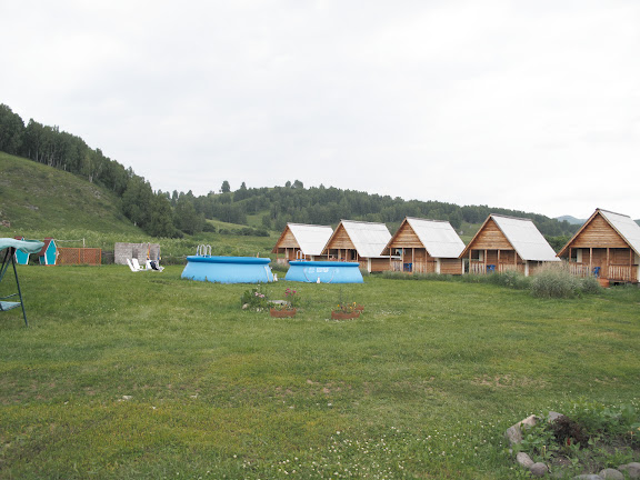 """L'hôtel """"Dolina Agades"""" à Nizhnekayancha (alt. 350 m), au sud-est de Gorno-Altaysk), à 150 km au sud de Barnaul. 2 juillet 2010. Photo : J. Marquet"""