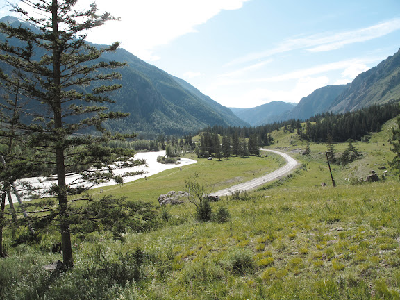 La rivière Katun (au sud de Chemal) et la route M-52 qui, traversant l'Altaï, relie Barnaul à la Mongolie. 5 juillet 2010. Photo : J. Marquet