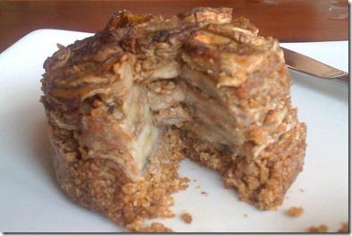 Torta integral de banana cortada