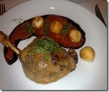 Confit de pato com batata dauphine ao molho agridoce com broto de alho poró