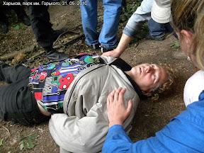 """Человек с бейджем """"муниципальная охрана"""" толкнул женщину. Она упала и потеряла сознание. Позже медики констатировали ушиб позвоночника."""