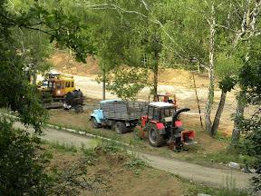 Вид на земляные работы на вырубке с канатной дороги. Завезли щебень и трубы. Техника стоит до начала следующего рабочего дня.