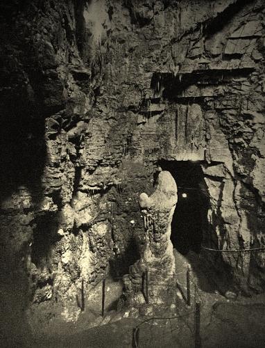 L'interno della grotta della Madonna di Rebocco