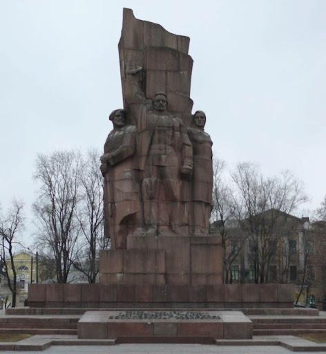 Monument_in_honour_of_USSR_foundation_in_Kharkov_-_center.jpg