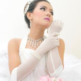 Beauty on white Bride by Zaldy Ogawa - Wedding Bride