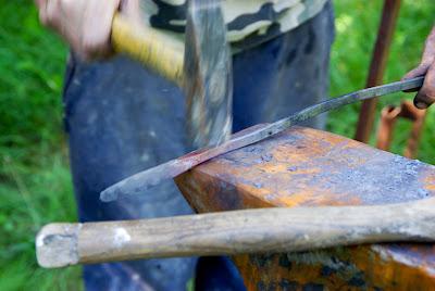 Je marque le fer pour délimiter le manche de la lame.