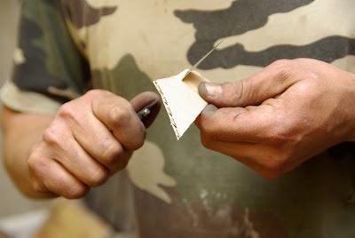 LE test pour vérifier que la lame est belle et bien tranchante : carton fin ou papier, et sans forcer !