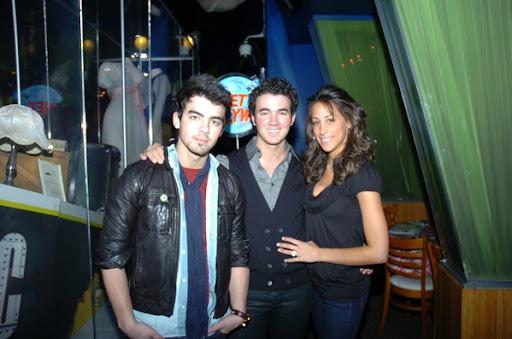 Joe cena con Kevin y Danielle 1267