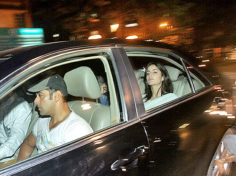 [Salman_with_Katrina_in_a_car[2].jpg]
