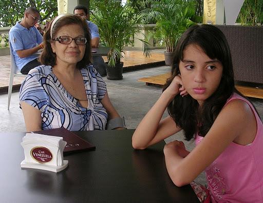 Abuela y nieta en el Café Venezuela parque Ezequiel Zamora El Calvario Caracas Venezuela