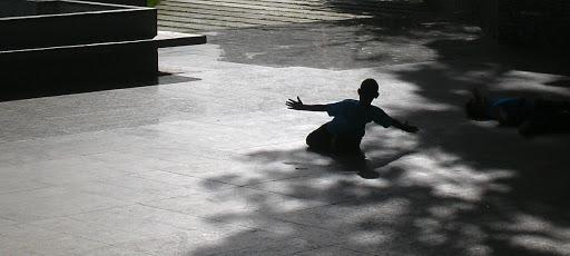 Niño adorando la luz en el Mirador de la Cota Mil (Caracas, Venezuela)