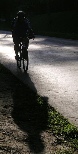Ciclista en Avenida Principal de La Lagunita El Hatillo Caracas Venezuela