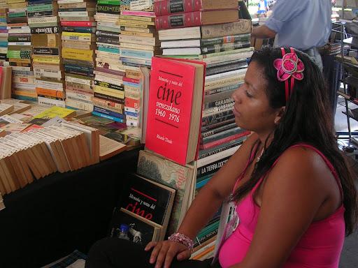 Mujer vendiendo libros (Plaza Venezuela, Caracas, Venezuela)
