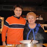 Με την κυρία Βέφα Αλεξιάδου στην International κουζίνα της Διεθνούς Έκθεσης Βιβλίων Μαγειρικής του Παρισιού.
