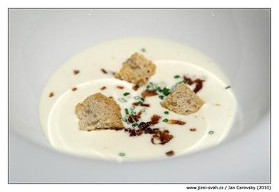 Našlehaný sýr munster, smažená cibulka, chlebík... opět La Degu