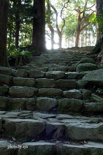 「鎌倉積み」と呼ばれる石段