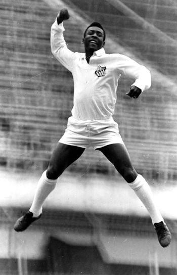 Pelé comemorando seu primeiro gol da carreira