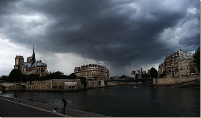 Nuages tourmentés sur le décor de Notre-Dame de Paris