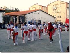 A Danza de Mariñeiros actuando no matadoiro