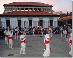 A danza de Mariñeiros co edificio do matadoiro ao fondo