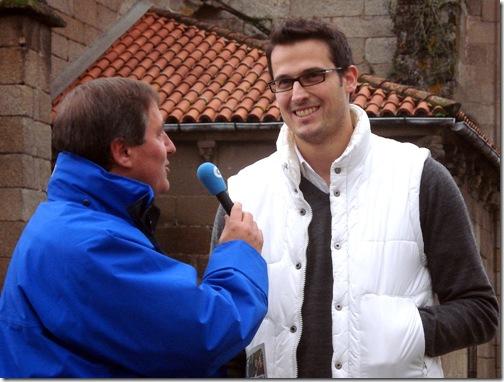 O xornalista Marcial Mouzo entrevista a David Martiínez, vicepresidente de Amigos do Casco Histórico de Betanzos