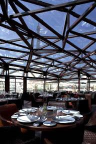 """Le restaurant """"les Ombres"""", sur la terrasse du musée du quai Branly offre une vue inoubliable sur la Seine, la tour Eiffel, et « les voiles au loin », juin 2006"""