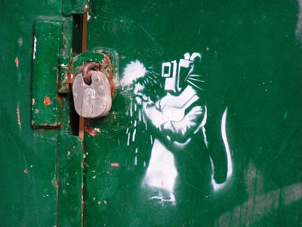http://lh3.ggpht.com/_9F9_RUESS2E/SsXhIoPTiRI/AAAAAAAABSI/Rc9sW022T0o/s800/banksy-graffiti-street-art-rat.jpg