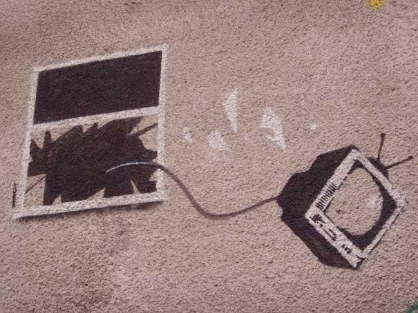 http://lh3.ggpht.com/_9F9_RUESS2E/SsZhTyUhYbI/AAAAAAAABUI/h-IJteeaVJY/s800/banksy-graffiti-street-art-tv-thrown-window.jpg
