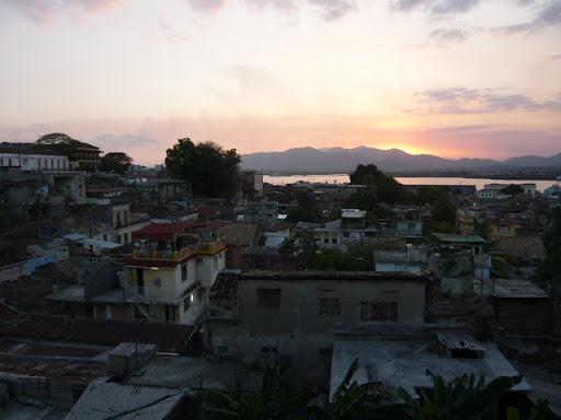 Depuis les hauteurs de la ville, Santiago sendort