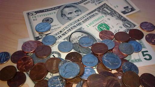 Monedas y billetes de dólares americanos