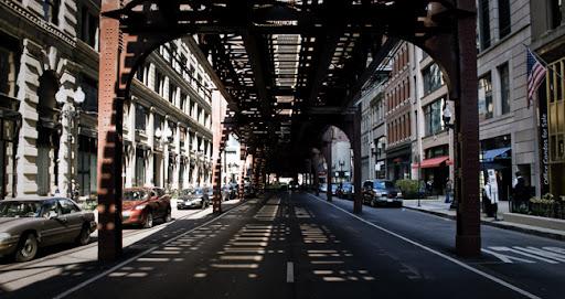 Bajo las vías del metro de Chicago. Imagen tomada por Raul Alvarez Gonzalez