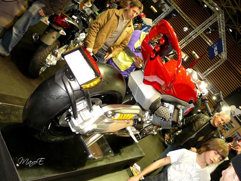 le prototype Moto Guzzi V12 Strada dessiné par Pierre Terblanche qui avait été dévoilé en exclusivité à l'EICMA de Milan