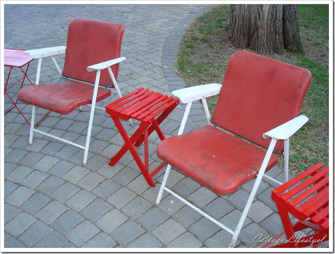red and white metal folding chairs 1