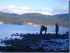 Pelas praias do Lago Nahuel Huapi, Leo e Bela brincam de jogar pedra na água. Quem será que vai mais longe?