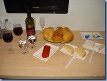 Nossa última noite em Budapeste: jantar no quarto do hotel. Ficou uma graça o nosso improviso não?