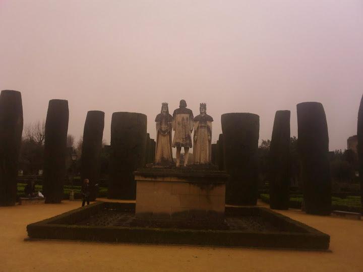 Estatuas de los Reyex Católicos en el Palacion de los reyes Cristianos en Córdoba