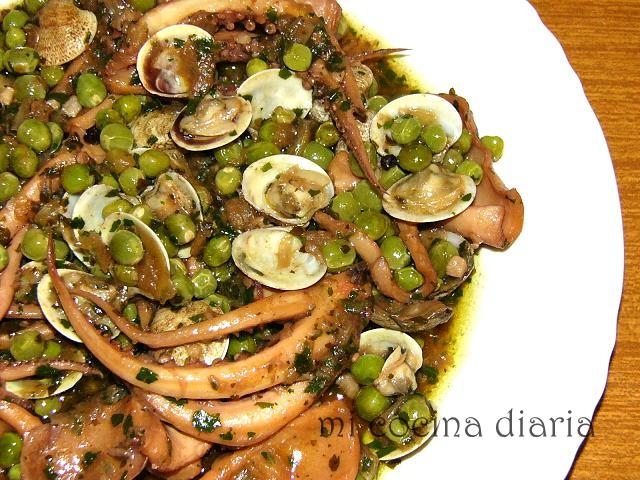 Pota con guisantes y almejas (Кальмары с зеленым горошком и ракушками)