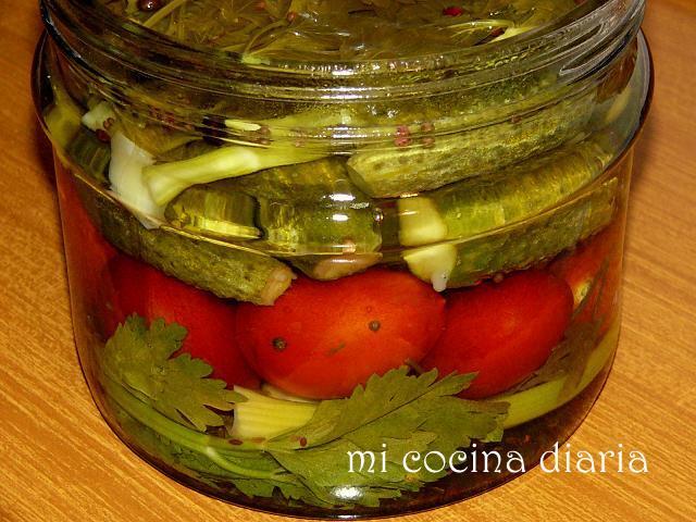 Tomates y pepinos marinados (Маринованные помидоры и огурцы)
