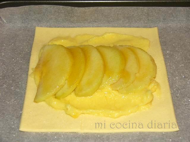 Hojaldres con crema pastelera y manzanas (Слойки с кондитерским кремом и яблоками)