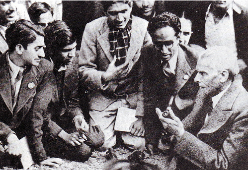 [Quaid-e-Azam with students[6].png]