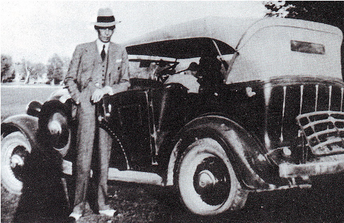 [Quaid-e-Azam in immaculate dress outside his car[4].png]