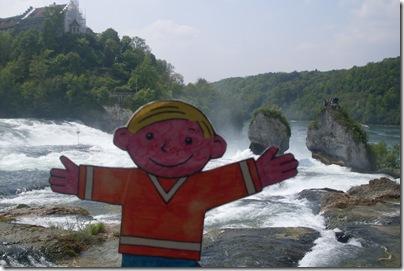 Stanley alle cascate del reno in Svizzera