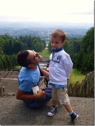 Aj e babbo lungo le scalinate del Wilhelmshohe a kassel